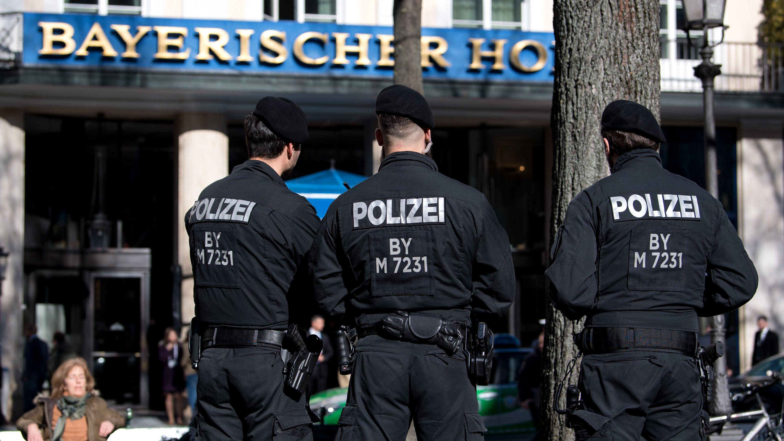 """Polizisten stehen während der Münchner Sicherheitskonferenz vor dem Tagungshotel """"Bayerischer Hof"""".  (Archivbild)"""
