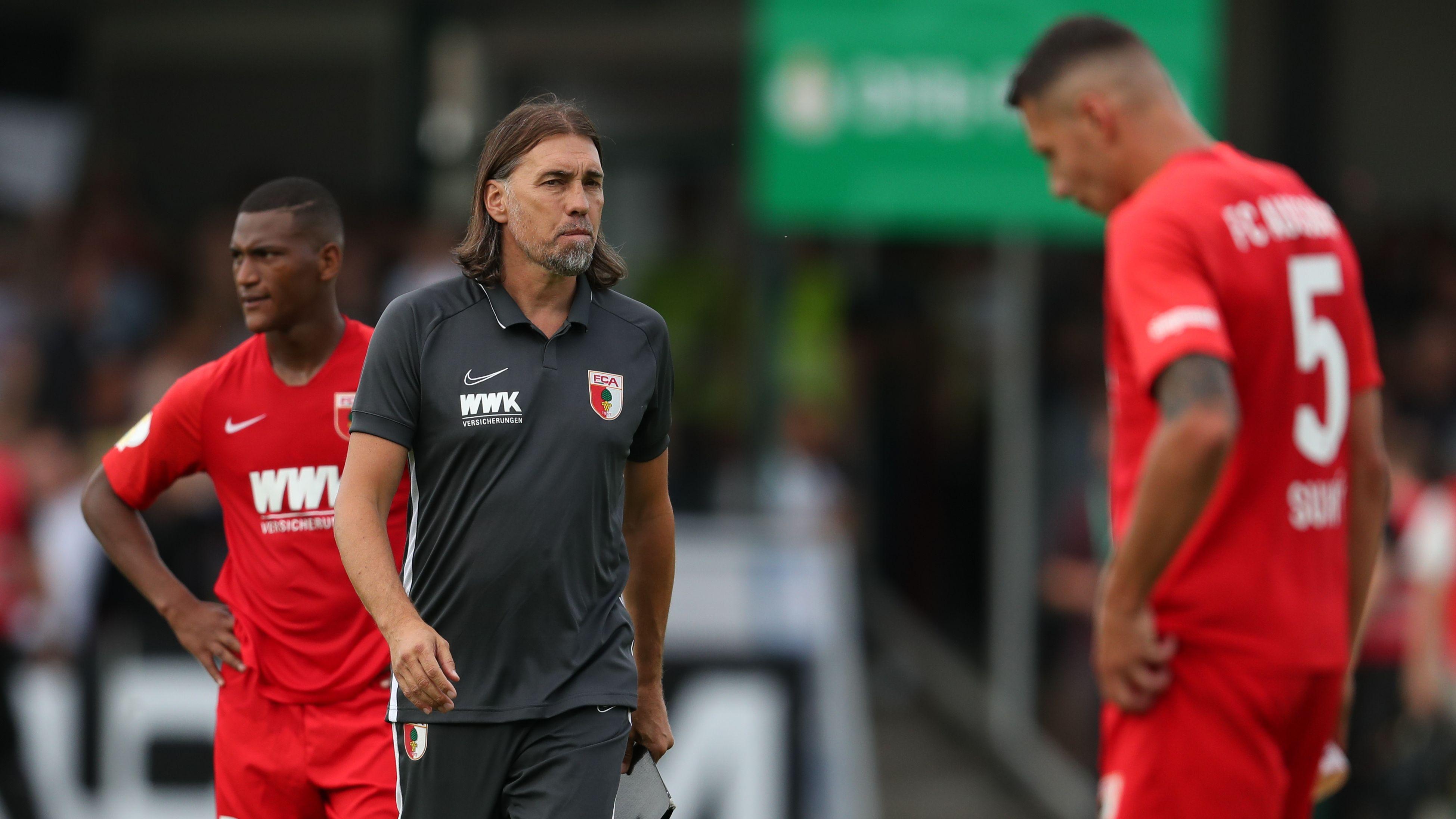Enttäuschte Augsburger Spieler und Trainer Martin Schmidt nach dem Pokal-Aus