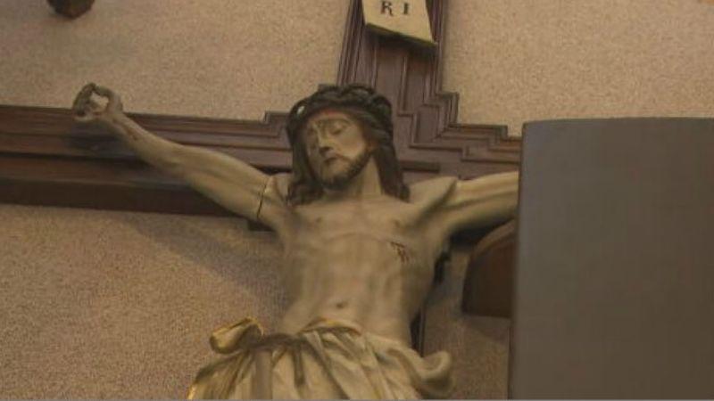 Die Deutsche Bischofskonferenz beklagt den zunehmenden Vandalismus an Kirchen. Hier wurde Jesus am Kreuz der Arm abgetrennt.