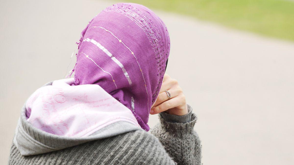 Das Kopftuch der Musliminnen ist ein umstrittenes Glaubenssymbol. Einige sehen es als Zeichen für die Unterdrückung der Frau. Manche betrachten es als schlichtes Sinnbild religiöser Lebensführung.