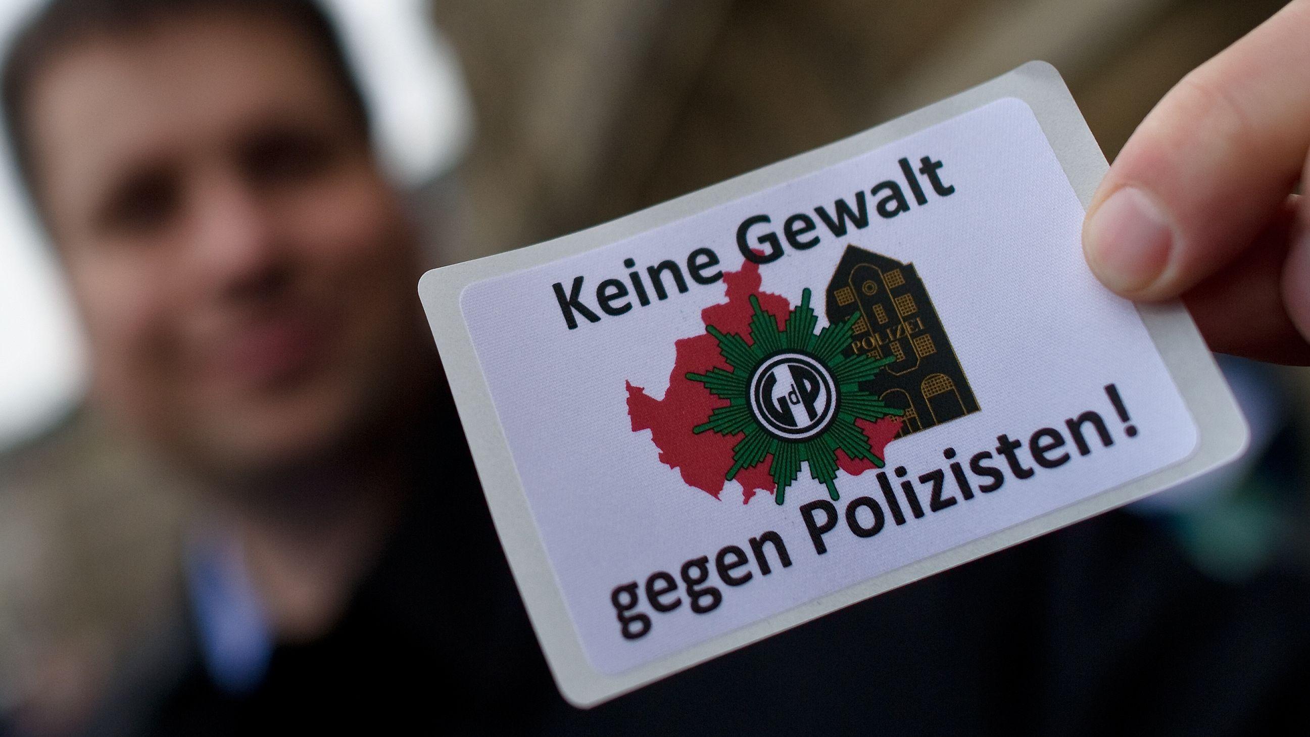 Aufkleber gegen Gewalt an Polizisten und Beamten