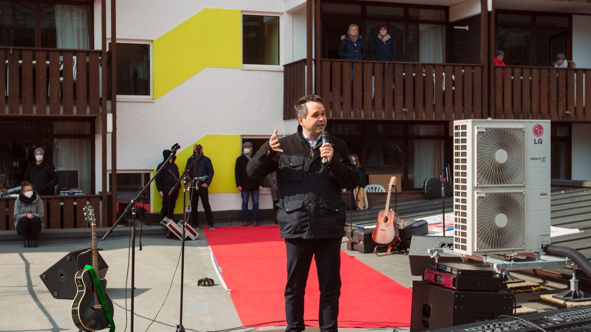 Passaus Landrat Raimund Kneidinger hält eine Rede