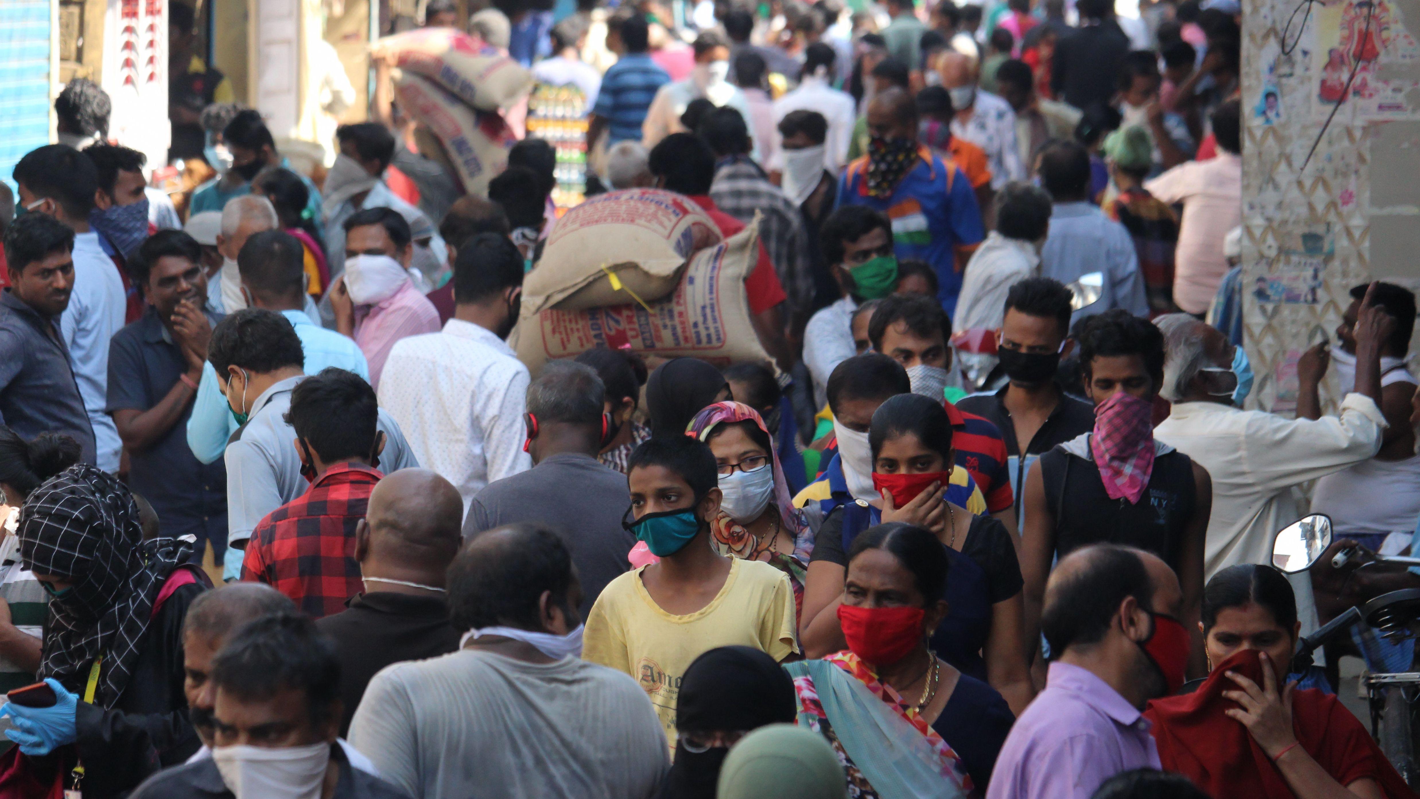 Bewohner des Dharavi-Slums auf dem Gebiet von Mumbai in Indien