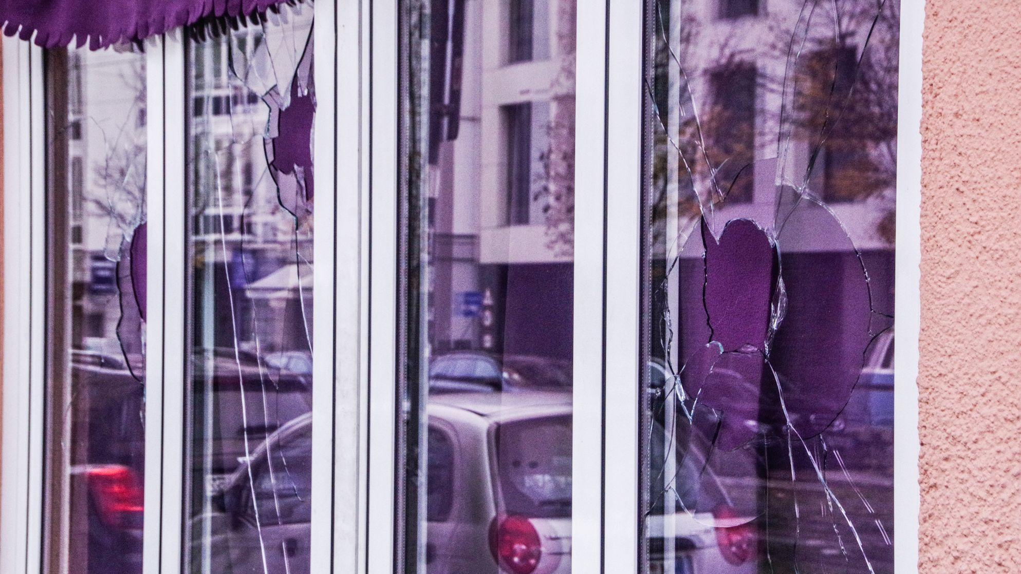 Eingeschlagene Scheiben des israelischen Restaurants NANA in Haidhausen.