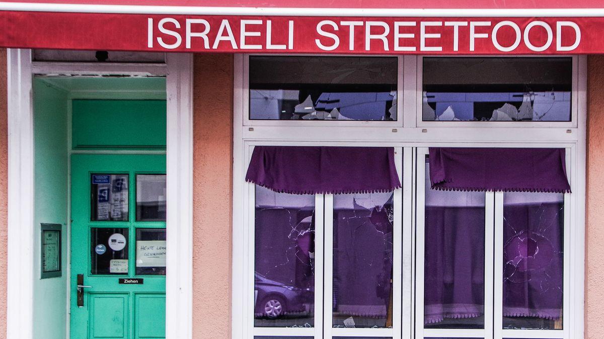 Mit Steinen eingeworfene Fenster eines israelischen Restaurants in München. Seit 2015 nimmt die Anzahl antisemitisch motivierter Straftaten zu.