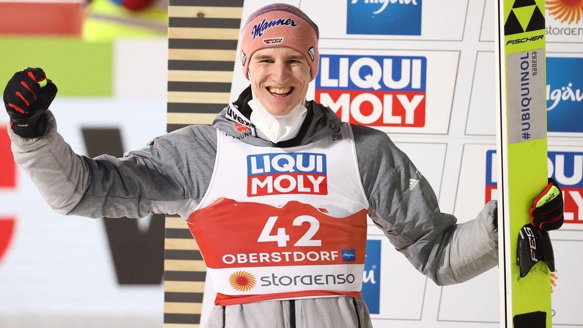 Karl Geiger freut sich über Silber von der Normalschanze