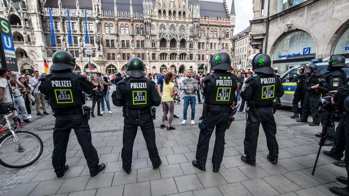 Archivbild: Polizisten bei der Demo auf dem Marienplatz