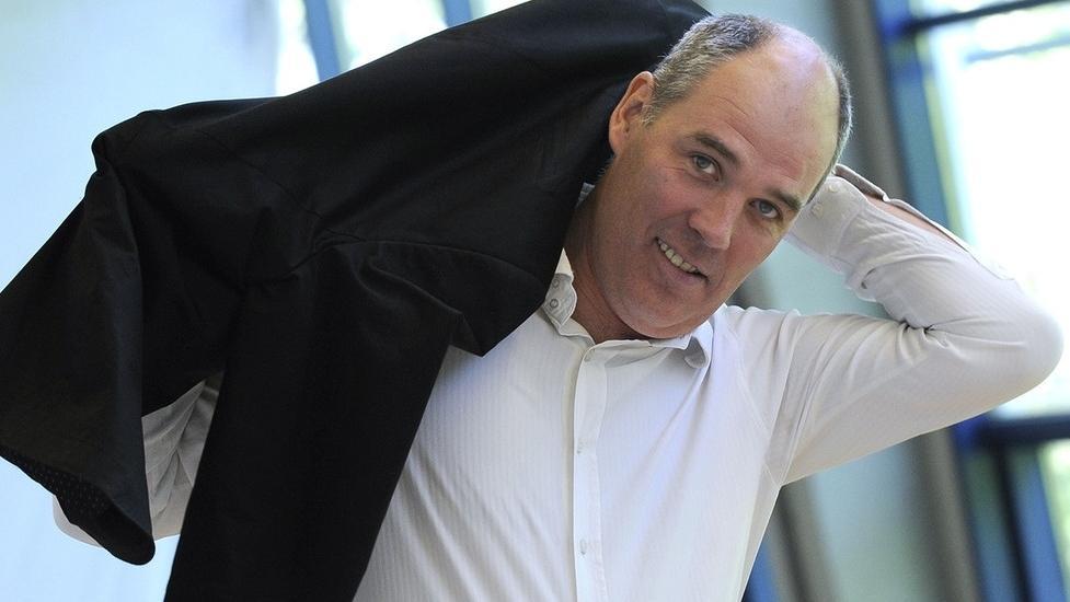 Matthias Hartmann schlüpft aus seinem Sakko