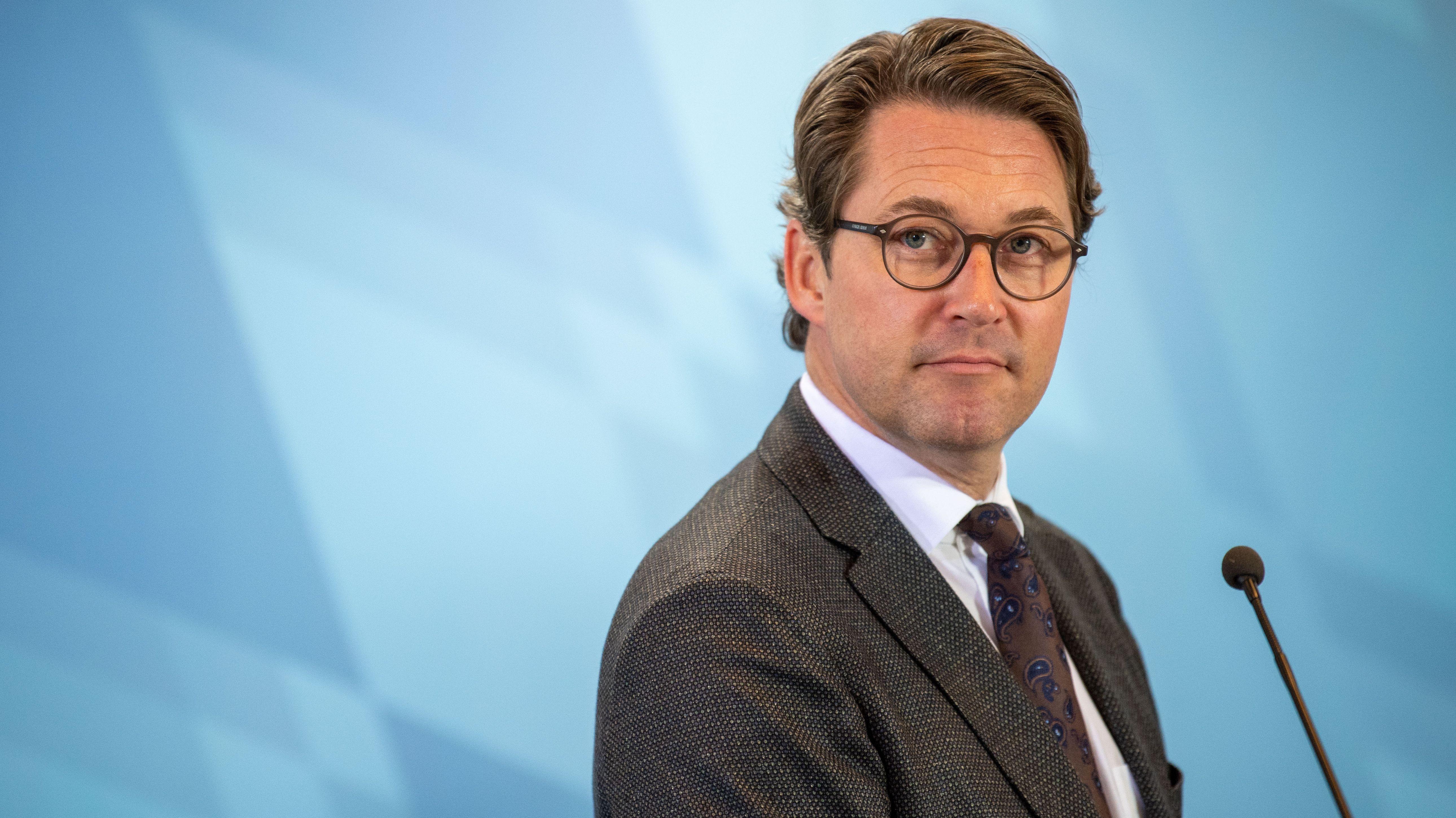 Andreas Scheuer vor einem blauen Hintergrund.