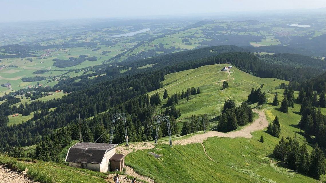 Der Grünten in den Allgäuer Alpen: Blick auf den Gipfellift, unten sieht man die Grünten-Hütte