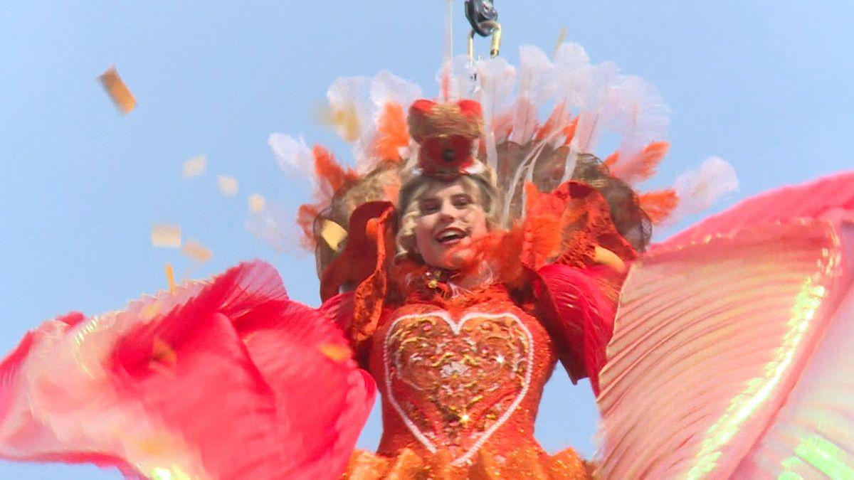 Linda Pani schwebt als Engel vom Turm der Markuskirche