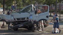 Ein LKW-Fahrer geht um seinen völlig demolierten Lastwagen herum   Bild:BR