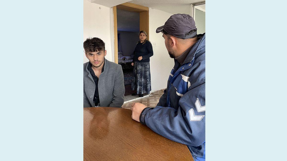 Rexhep Sejdiu (li) mit seinen Eltern Nexhmedin und Valbona Sejdiu. Die Familie lebt in Podujevo im Kosovo. Die Corona-Pandemie hat ihre Situation verschlimmert. Der 16-jährige Rom verließ die Schule, um Arbeit zu finden und seine Familie zu unterstützen. Bisher vergeblich.