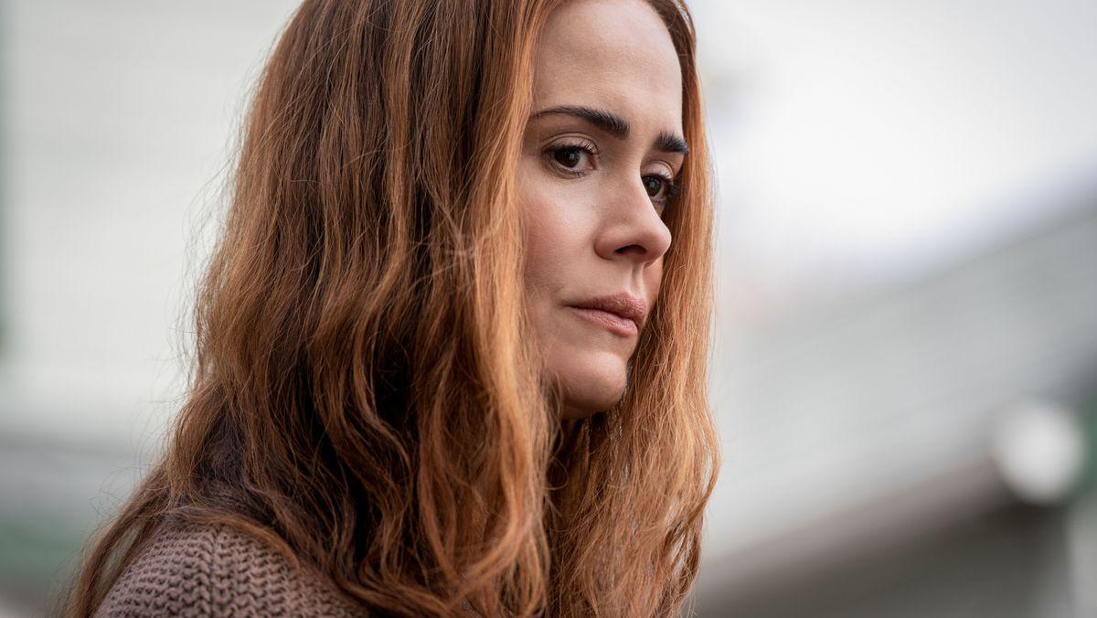 """Rothaarige Frau guckt sehr ernst: Sarah Paulson als besorgte Mutter in """"Run"""" (Filmszene)"""
