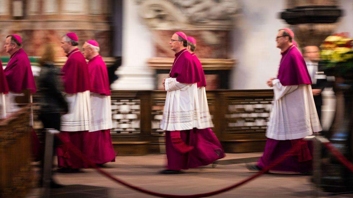 Bischöfe betreten zu Beginn ihrer Herbstvollversammlung den Fuldaer Dom. In der Mitte der Missbrauchsbeauftragte Bischof Stephan Ackermann.