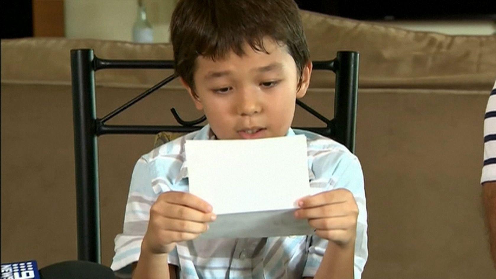 Der achtjährige Corona aus Australien liest einen Brief