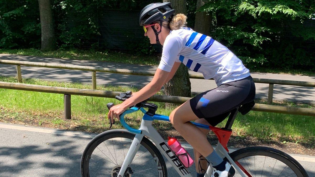 Anabel Knoll radelt mit ihrem Fahrrad durch Nürnberg. Sie trainiert für Olympia.