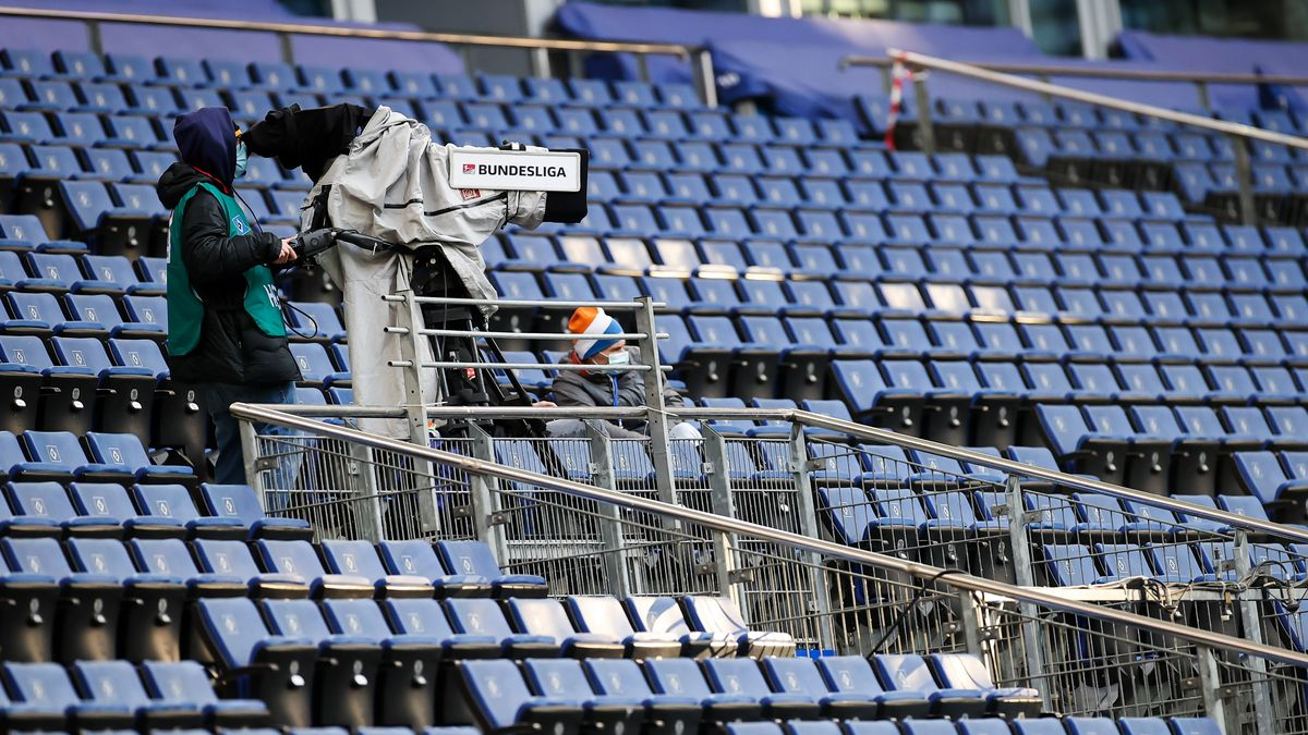 TV-Kamera im leeren Fußballstadion