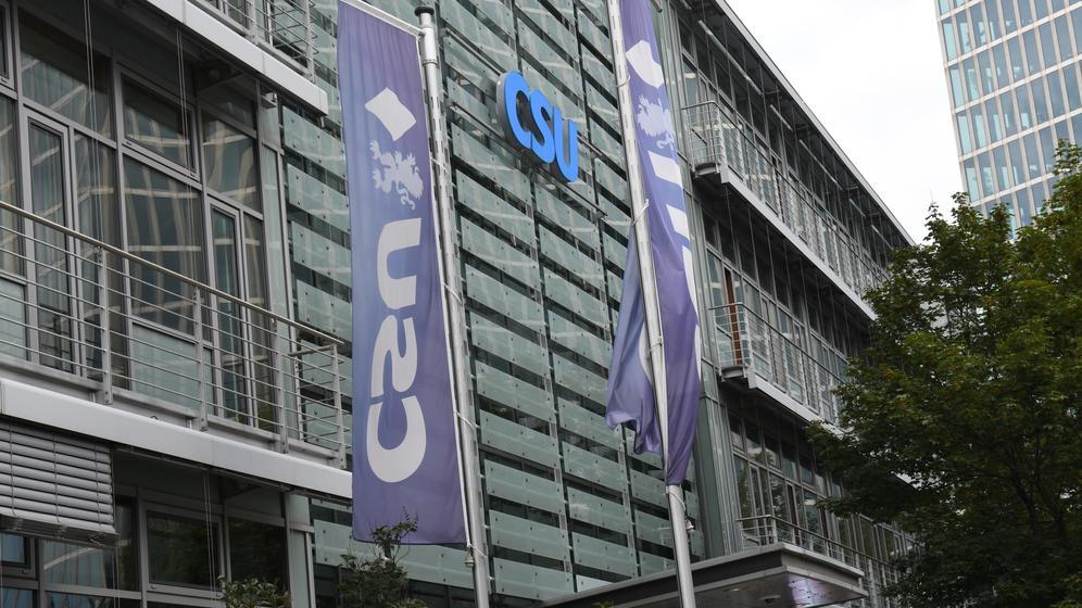 CSU- Schriftzug und CSU-Fahnen am Franz Josef Strauss- Haus, CSU-Zentrale in München, in der Mies-van-der-Rohe-Straße 1.  | Bild:picture-alliance/dpa - Winfried Rothermel