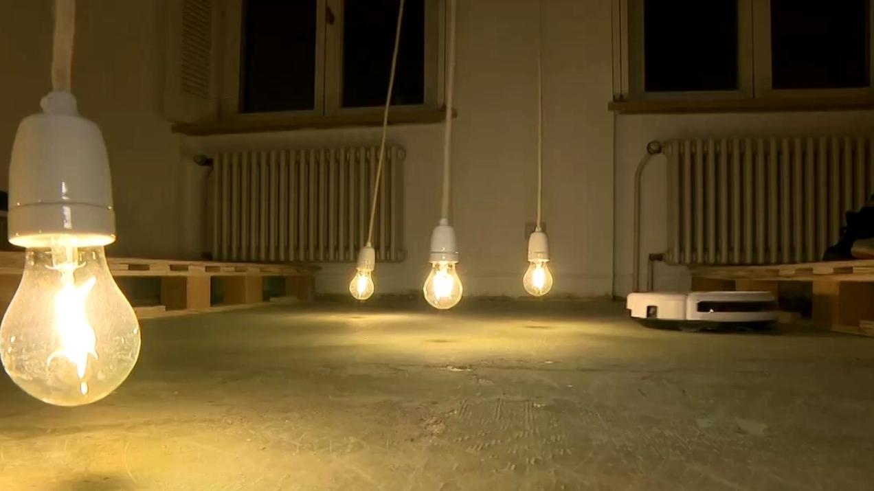 Eine Kunstinstallation mit Glühbirnen im Kult-Film-Café