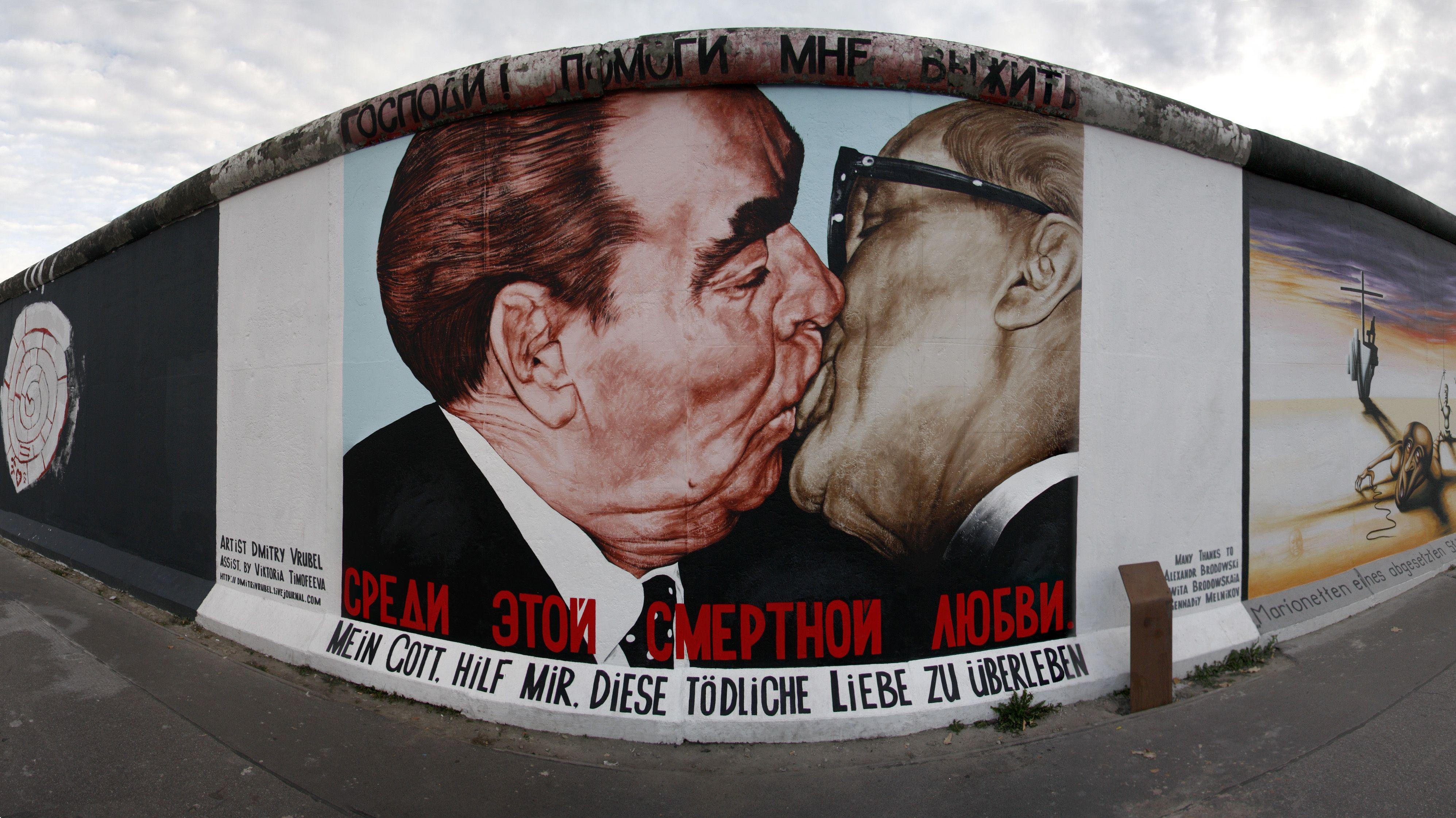 1990 verewigt der Künstler  Dmitri W. Wrubel den Kuss auf der Mauer.