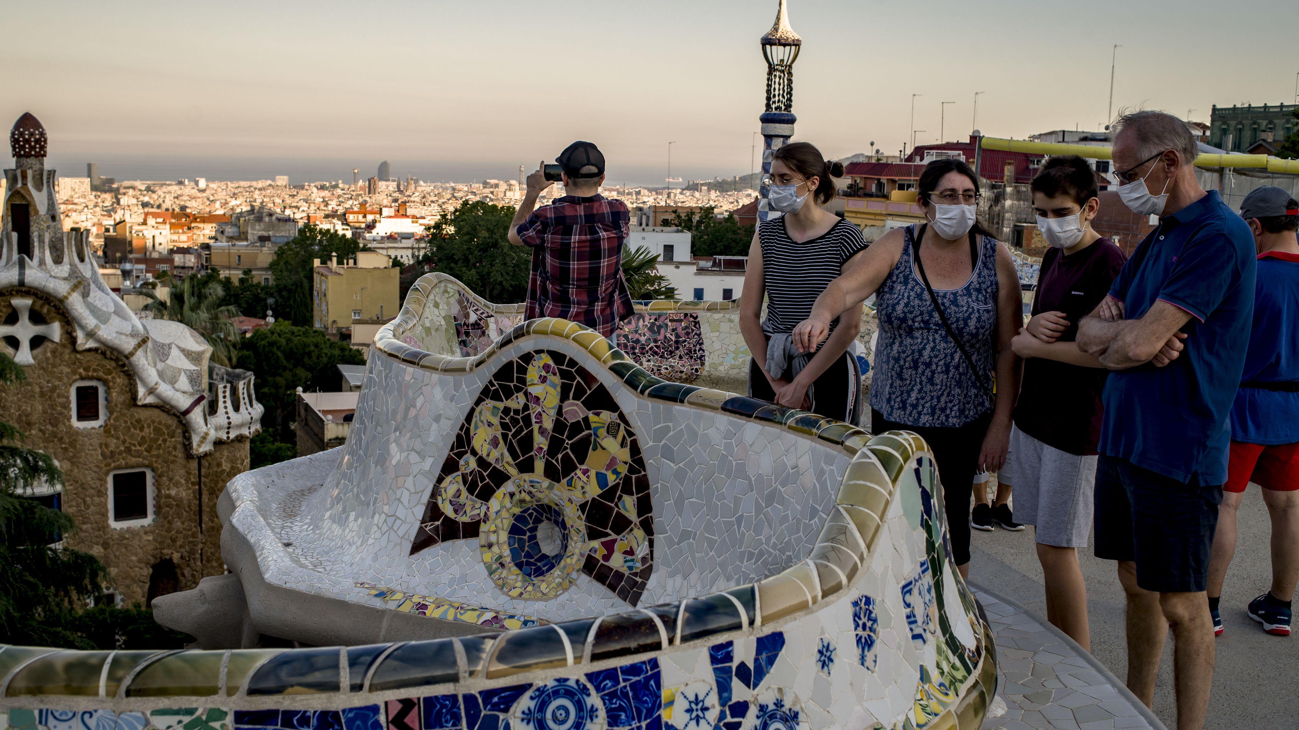 Menschen mit Schutzmasken in Barcelona