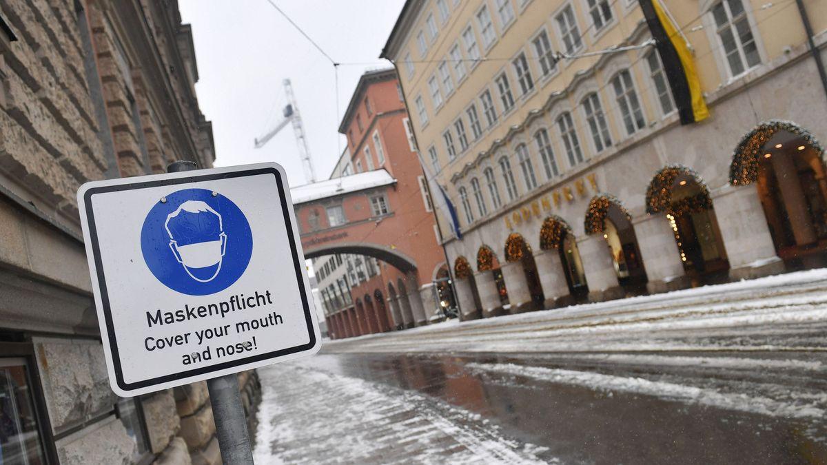 """Ein Schild """"Maskenpflicht - Cover your mouth"""" steht in der Maffeistrasse in München"""