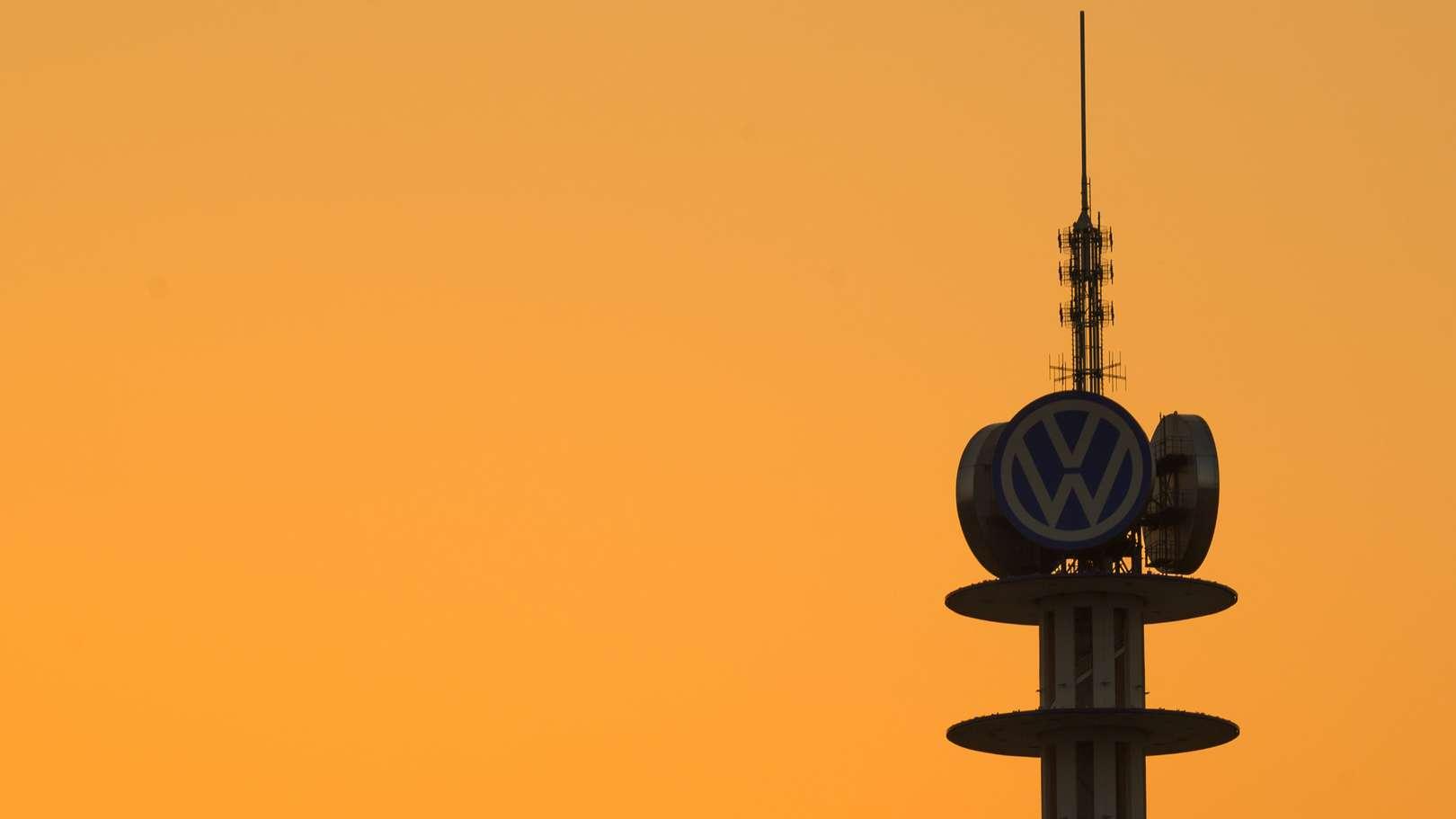 Die Sonne geht hinter dem VW-Turm unter.