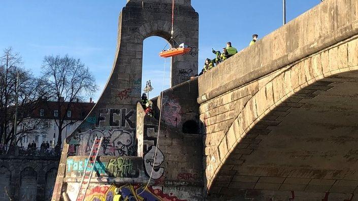 Mit Hilfe der Drehleiter konnte der 40-Jährige sicher und schonend auf die Fahrbahn der Brücke gehoben werden.