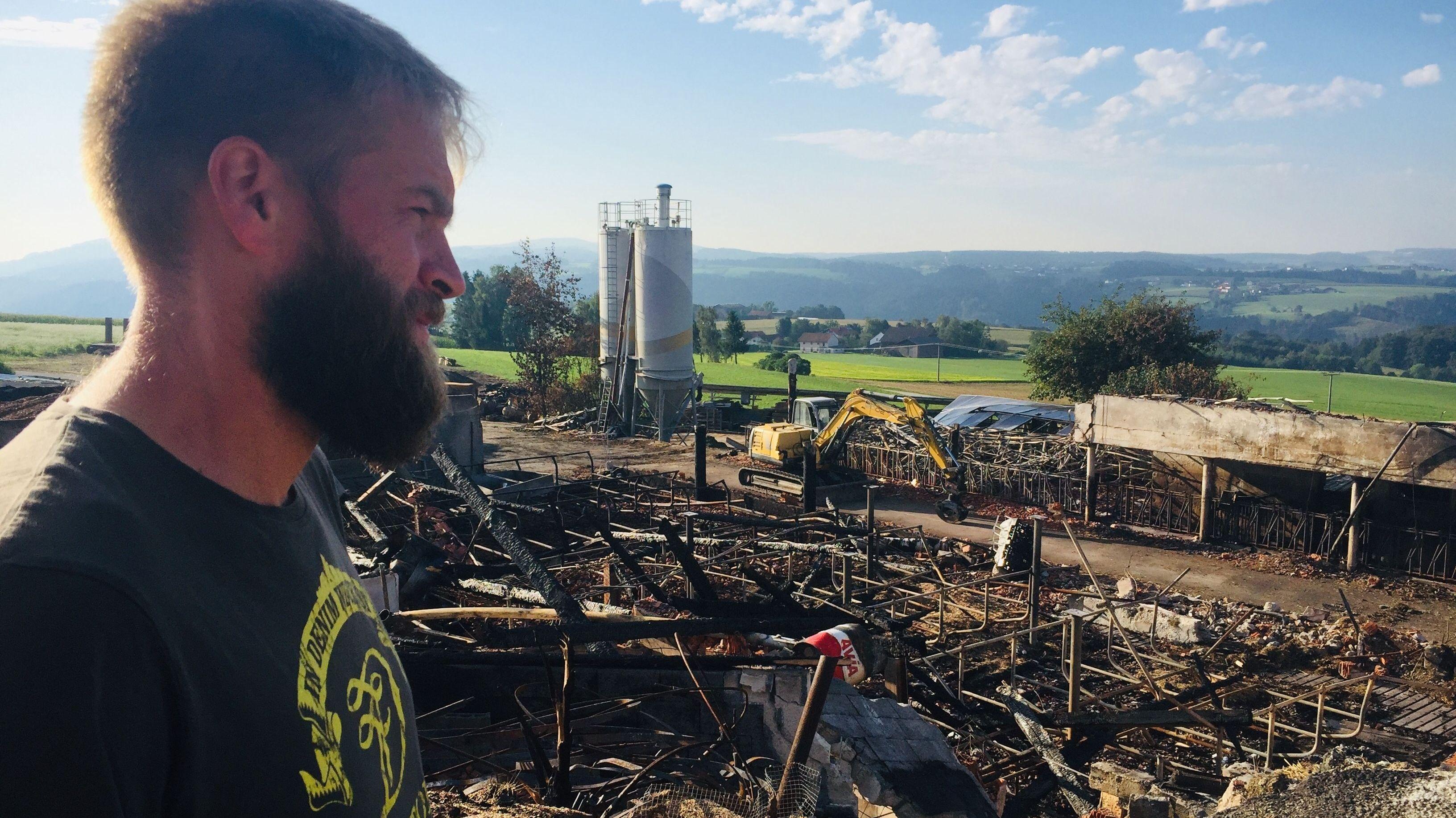 Landwirt Markus Fisch vor der Brandruine, die einmal sein Bauernhof war