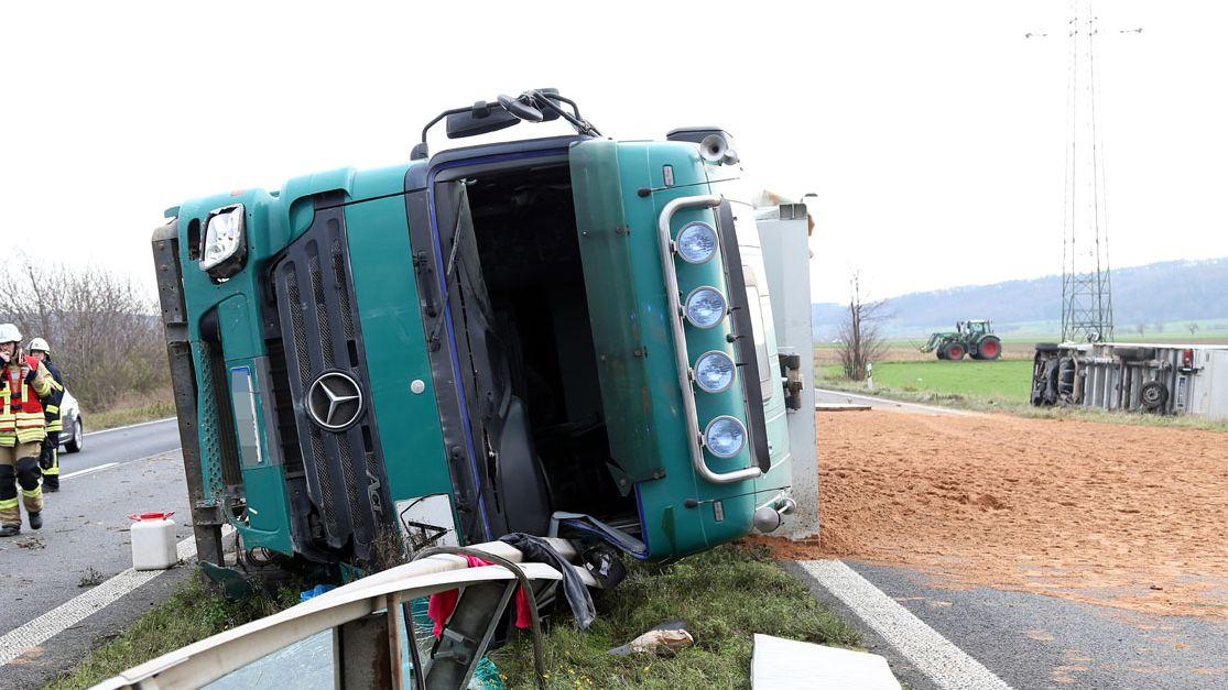 umgestürzter Sattelschlepper auf der B469