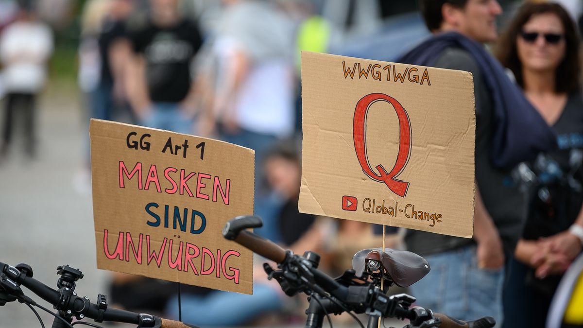 """Initiative """"Querdenken 711"""" auf dem Cannstatter Wasen auf Schildern. Das """"Q"""" steht für die Verschwörungstheorie """"QAnon"""", die aus den USA stammt. """"WWG1WGA"""" ist ein Slogan von QAnon und steht für """"Where We Go One We Go All."""" (deutsche ungefähre Übersetzung: """"Wohin wir gehen, gehen wir alle""""). In der Landeshauptstadt demonstrierten Menschen gegen die Corona-Beschränkungen und für Grundrechte wie Versammlungsfreiheit und Glaubensfreiheit."""