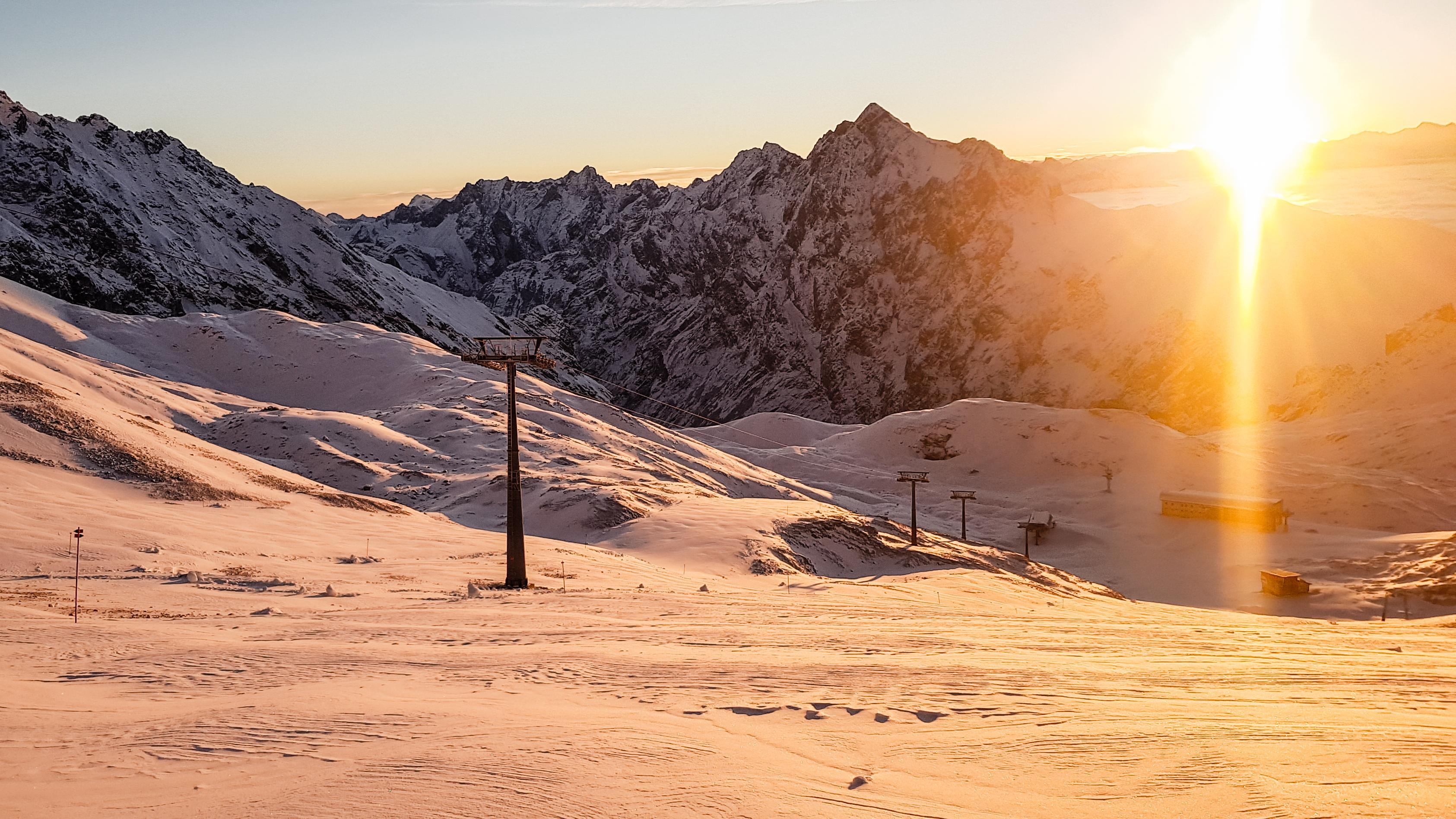 Die Skipisten auf der Zugspitze im Sonnenlicht.