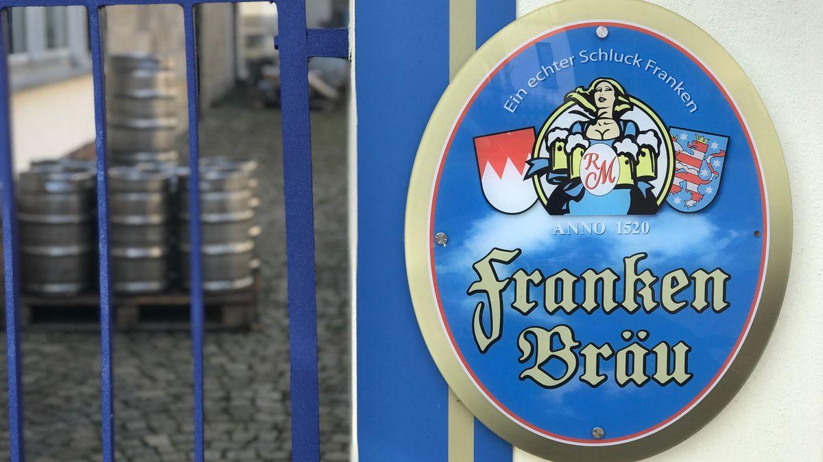 Ein Schild mit der Aufschrift Franken Bräu ziert einen Eingang zum Brauereigelände.