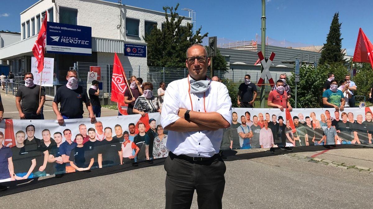Protest der IG Metall gegen den Stellenabbau bei Airbus vor dem Werkstor von Premium Aerotec.