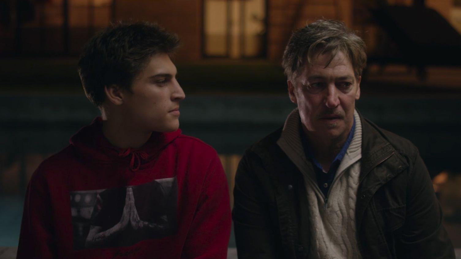 Ein Junge und ein Man sitzen abends im Freien nebeneinander: Morettis Filmsohn Damian wird von Morettis wirklichem Sohn Lenz Moretti gespielt