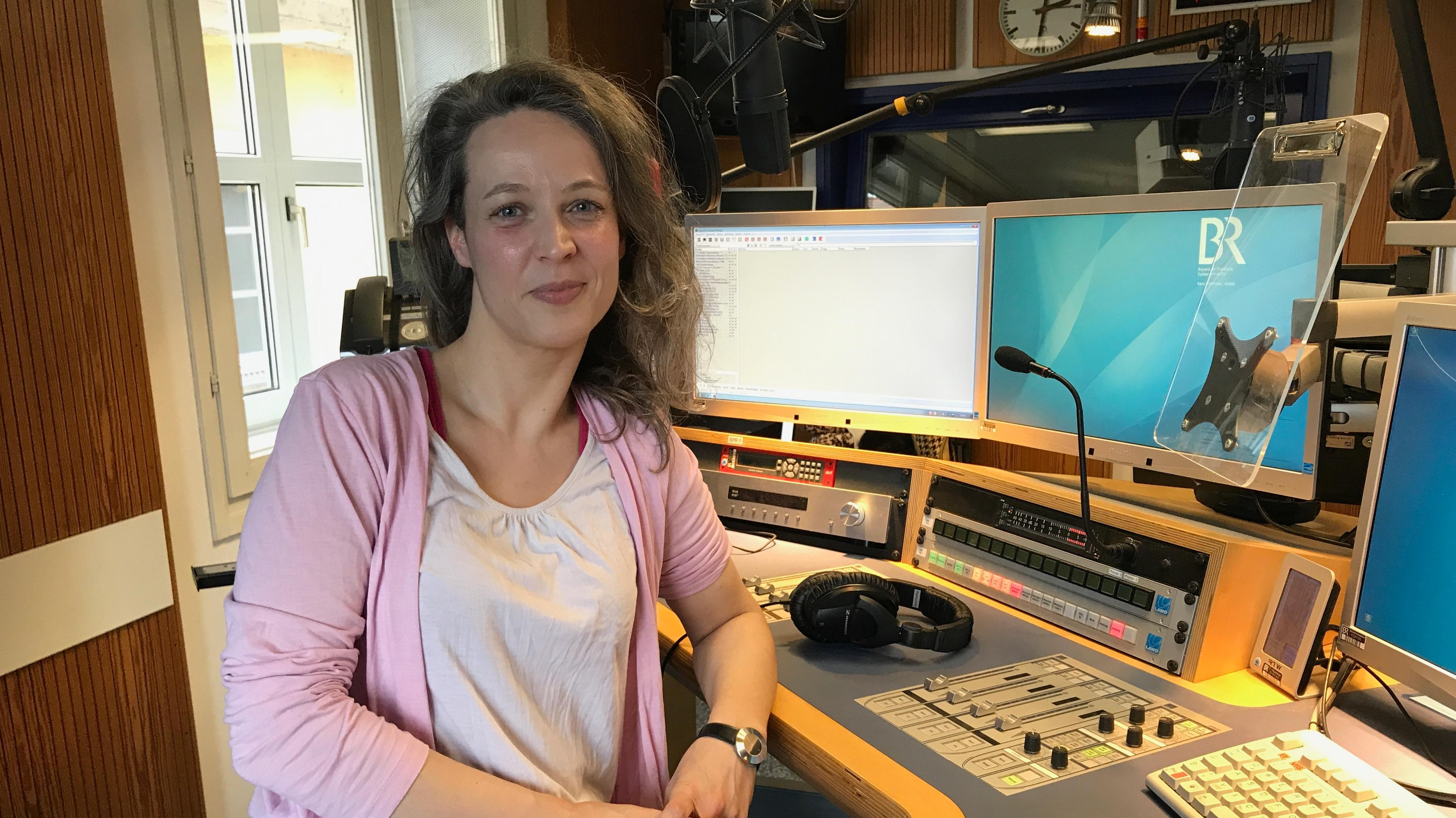 Lehrerin Verena Brunschweiger beim Interview zu ihrem Buch im BR-Studio Niederbayern / Oberpfalz