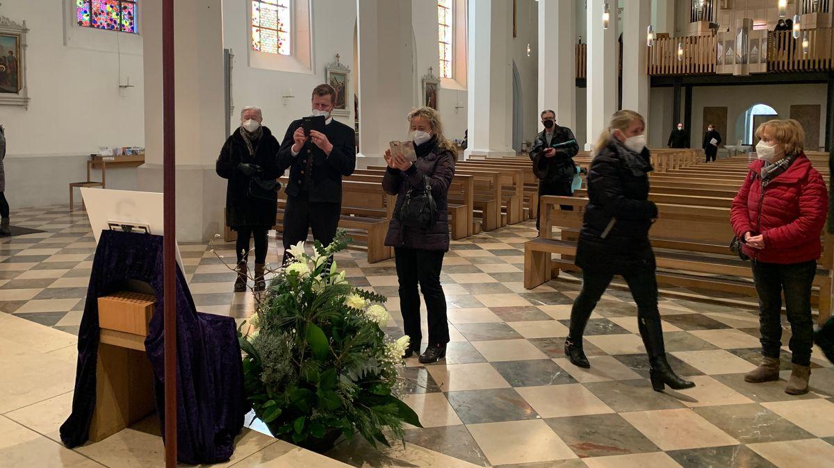 Teilnehmer der Trauerfeier für den verstorbenen Magier Siegfried Fischbacher sitzen in der Kirche St. Nikolaus.