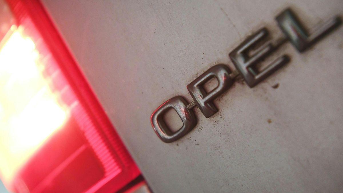 Der Opel-Schriftzug  neben einer roten Rückleuchte