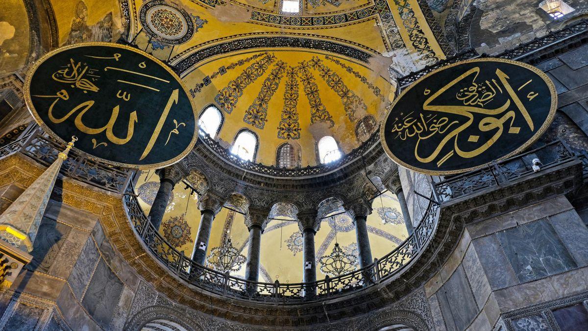 Blick in die Kuppel der Hagia Sophia in Istanbul mit islamischen Schrifttafeln