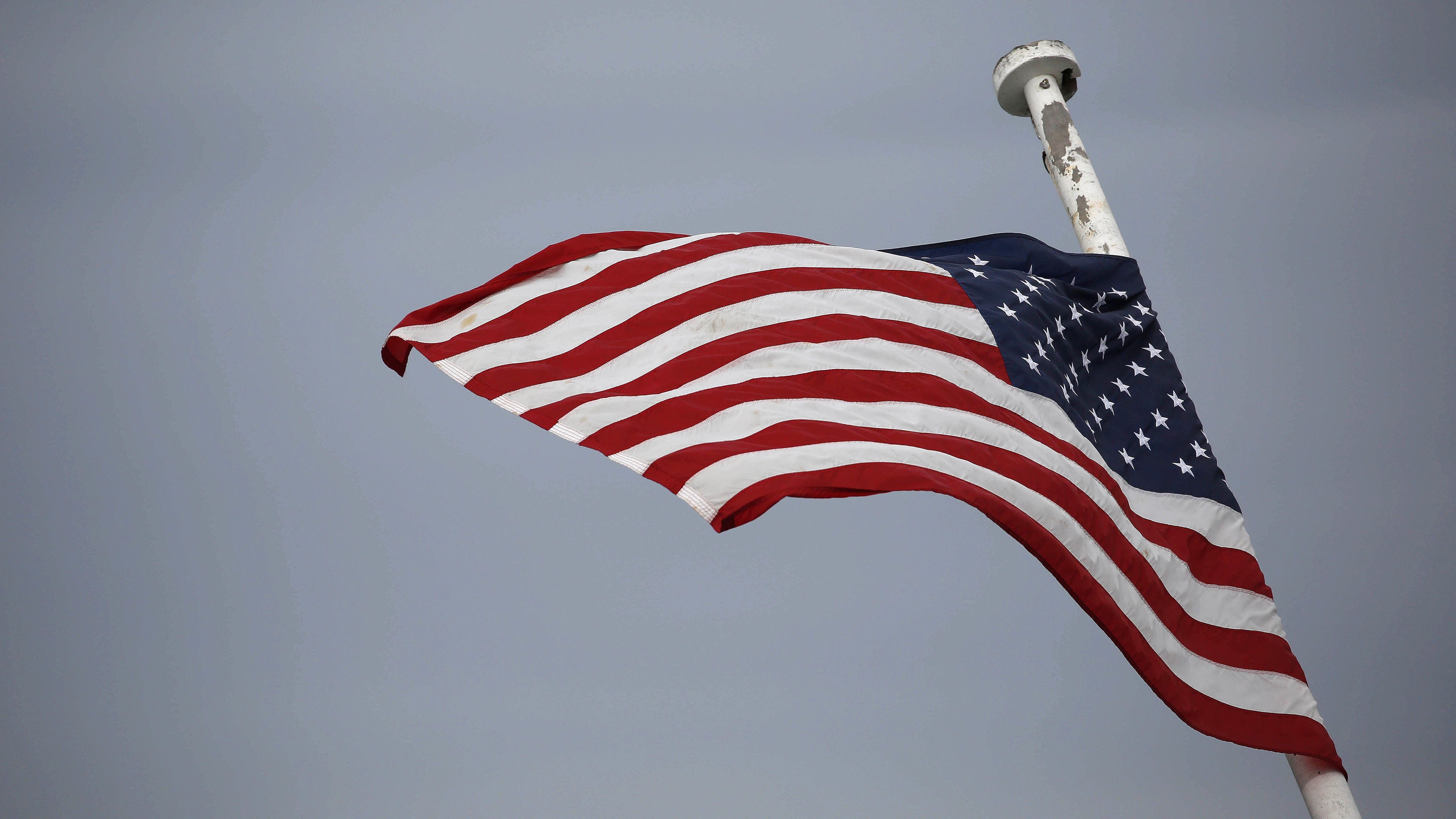 """Amerikanische Flagge im Wind. In ihrem großen Buch """"Diese Wahrheiten"""" erzählt Jill Lepore die Geschichte der Vereinigten Staaten bis in die Gegenwart."""