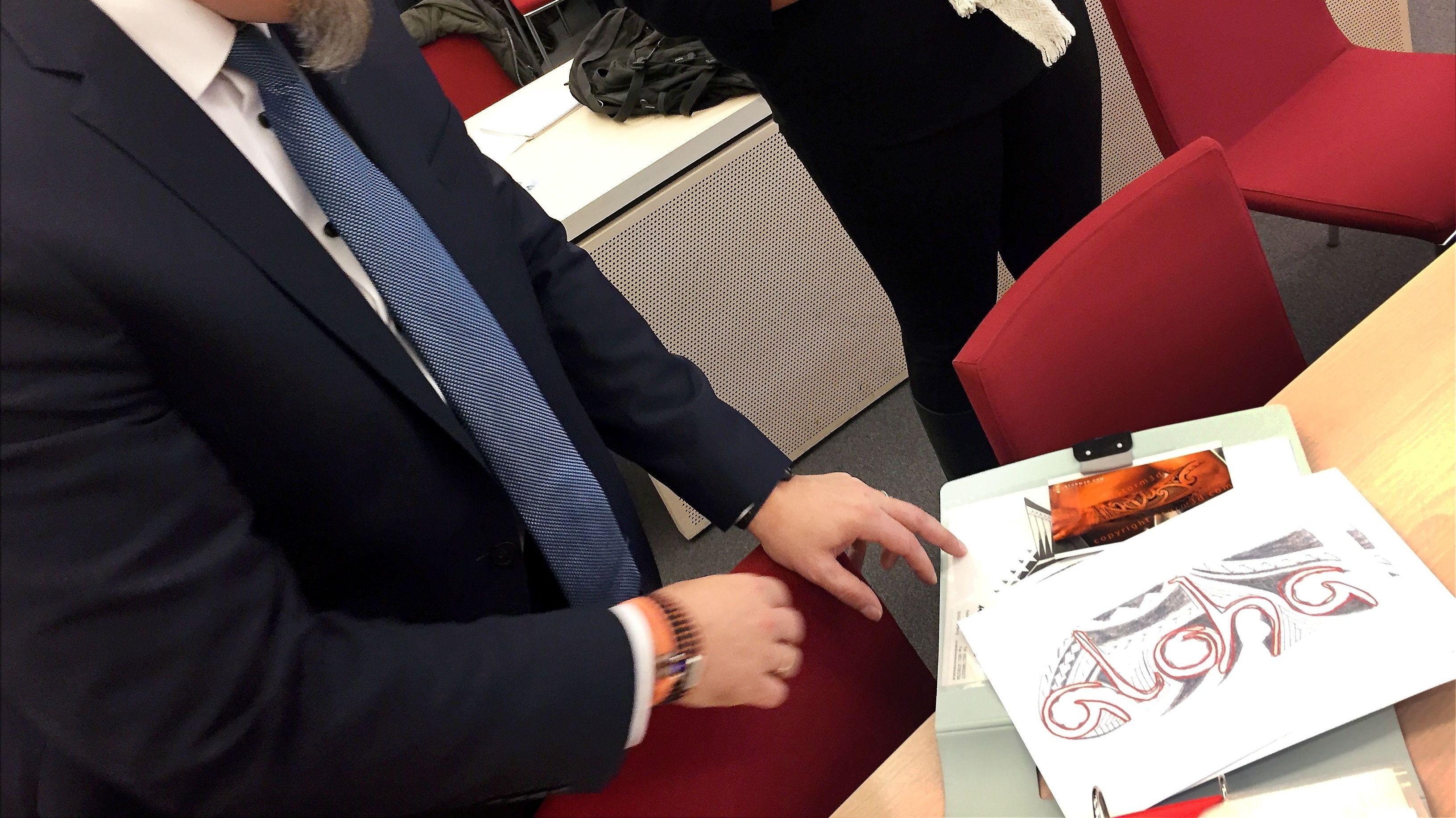 Der Polizist auf Lauf a.d. Pegnitz zeigt vor Gericht einen Entwurf für sein Tattoo