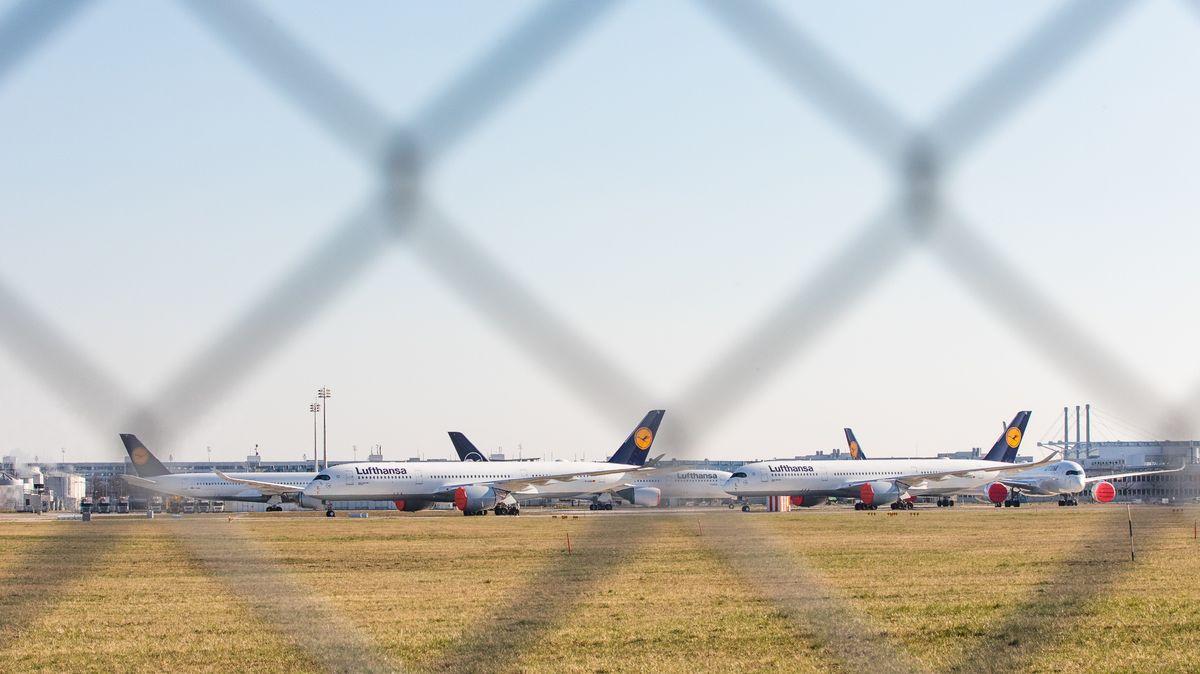 Flugzeuge stehen dauerhaft geparkt auf dem Münchner Flughafen