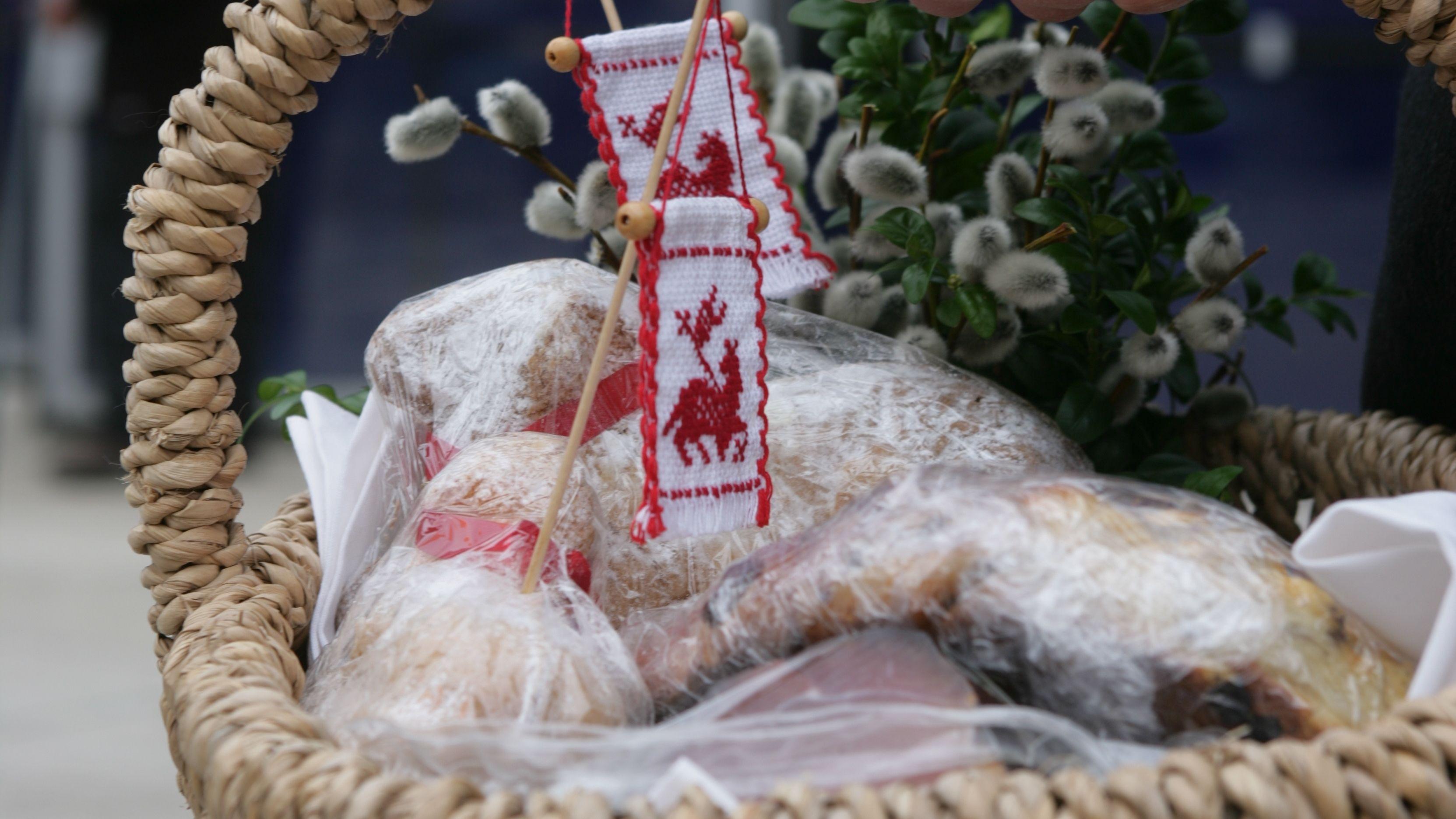 Ein Osterkorb mit Speisen (Archivbild)