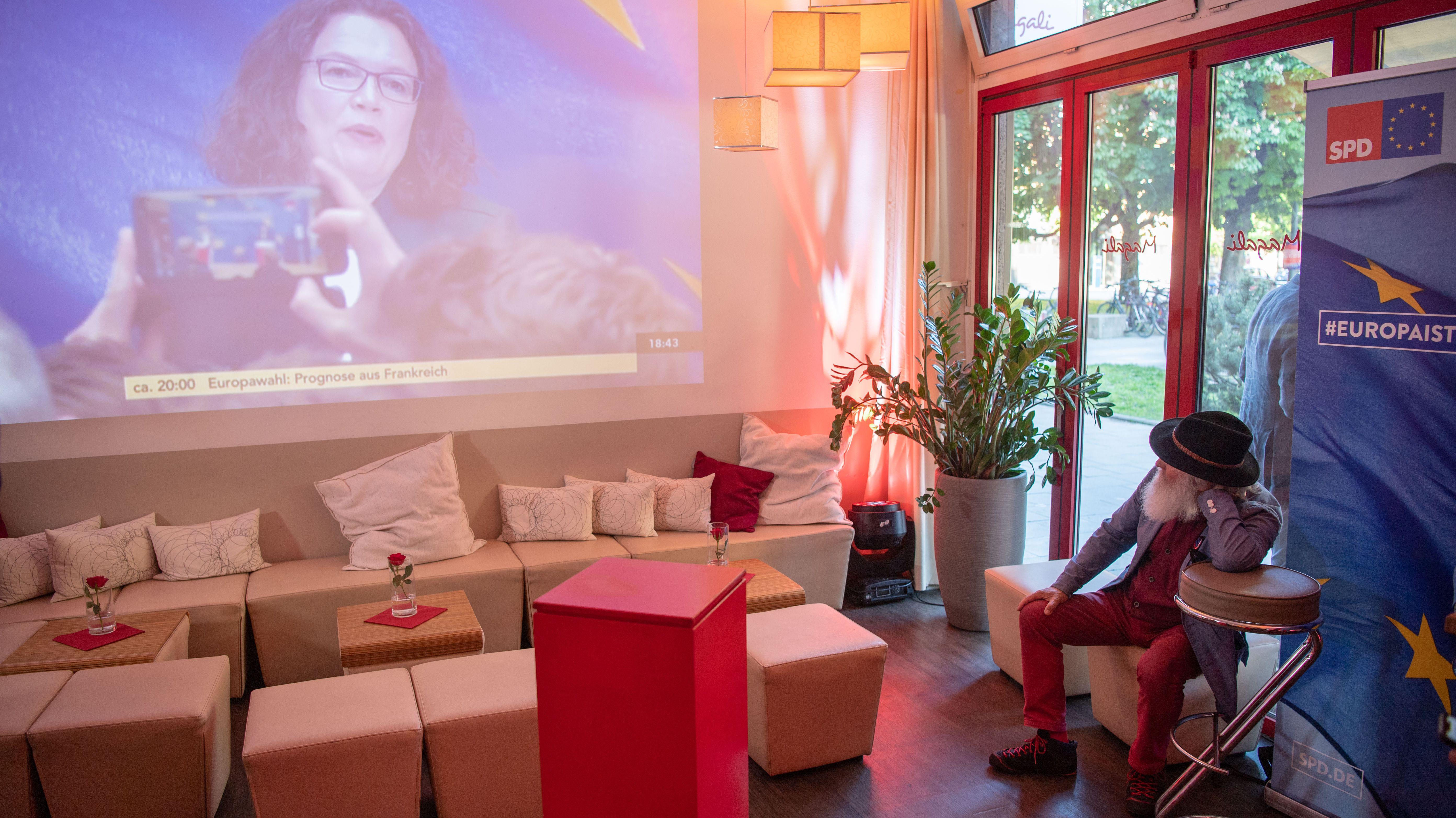 Ein Mann blickt beim Wahlabend der Bayern-SPD zur Europawahl auf ein Statement der Parteivorsitzenden Andrea Nahles (SPD)