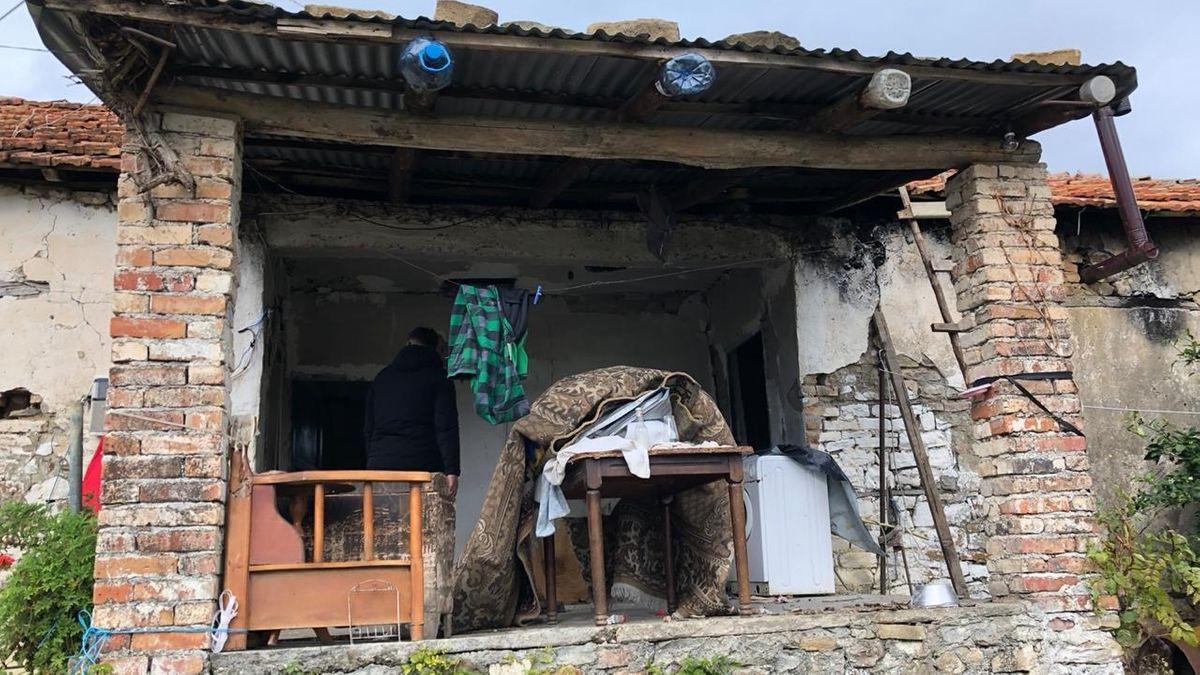 Die gesamte Hauswand wurde bei dem Beben zerstört