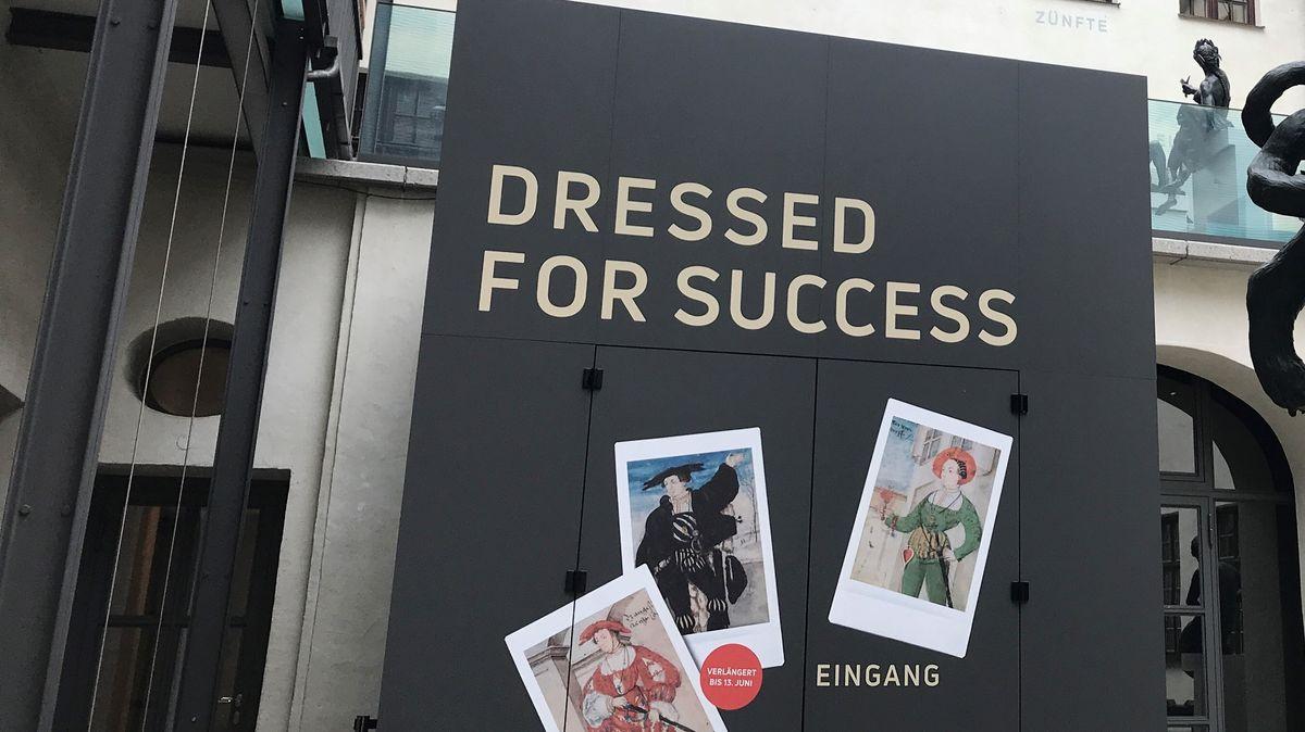"Eingangstüre zur Ausstellung ""Dressed for Succes"" im Augsburger Maximilianmuseum"