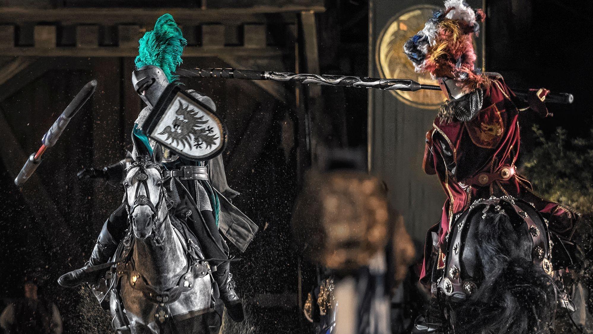 Zwei Ritter auf ihren Pferden gehen mit den Lanzen aufeinander los.