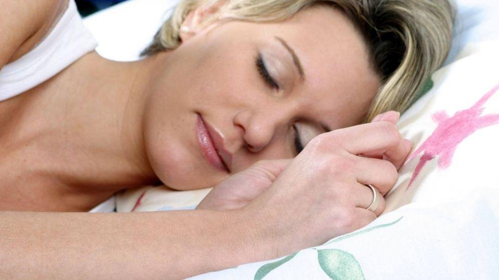 Schlafende Frau in Seitenlage im Bett: In der Nacht betätigt sich das Gehirn als Müllabfuhr.