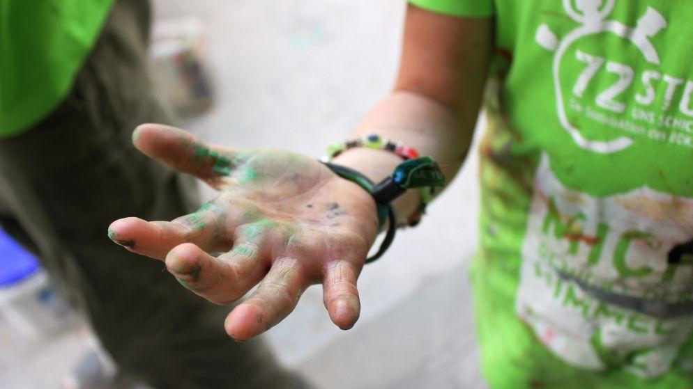Verschmierte Hände eines Teilnehmers an der 72-Stunden-Aktion 2013.
